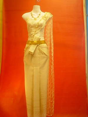 ชุดแต่งงานแบบไทย  สีทองสวยงาม