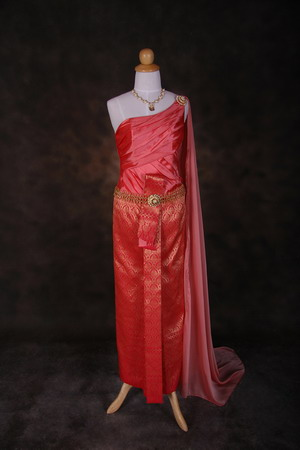 ชุดแต่งงานไทย สีแดง เริ่ด ๆ